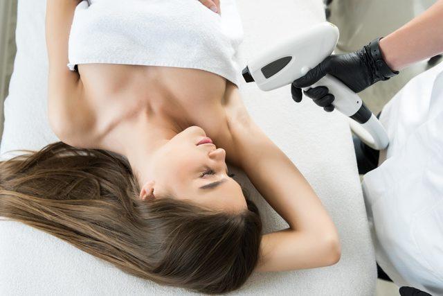 Einer Frau werden permanent Haare entfernt.